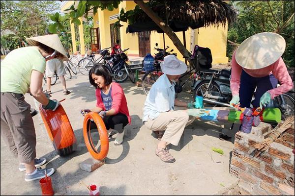 Du khách nước ngoài tình nguyện làm Sân chơi cho trẻ em Việt